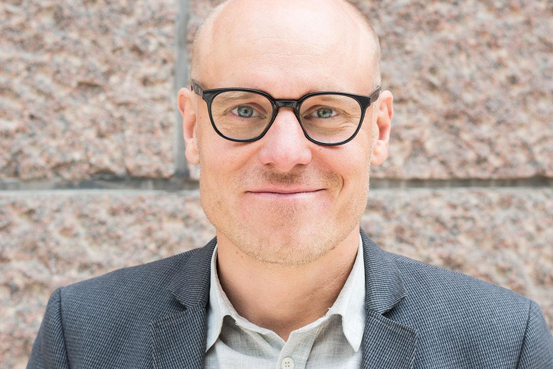 """Daniel Lindvall Daniel Lindvall är fil dr i sociologi, tidigare kansliråd i regeringskansliets demokratienhet och tidigare huvudsekreterare i Demokratiutredningen. Daniel har skrivit boken """"Folkstyret i rädslans tid"""", 2017, tillsammans med Olle Wästberg som med stöd av Demokratiutredningens forskning analyserar och för fram tankar och förslag på hur demokratin kan reformeras."""
